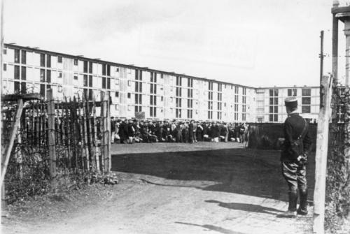 Bundesarchiv_Bild_183-B10919,_Frankreich,_Internierungslager_Drancy.jpg