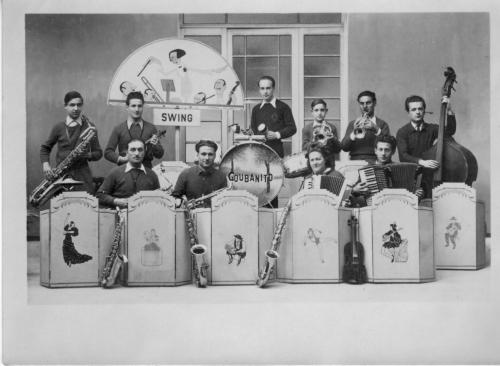 Orchetre Coubanito ma mère à l'accordéon 1946.jpg