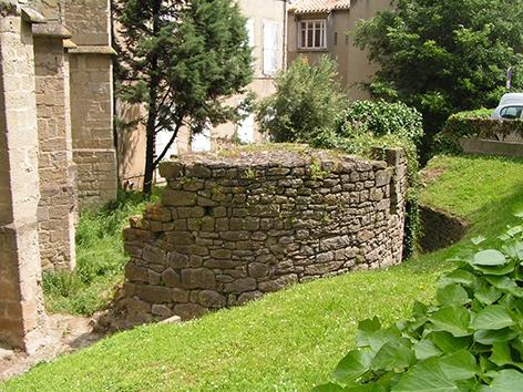 Carcassonne - Bastide St Louis - Ruines de tour pres de la Cathedrale St Michel.jpg