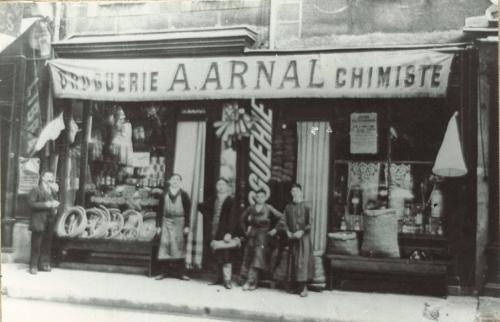 Arnal, 30 place Carnot. Aujourd'hui pharmacie Bibal.jpg
