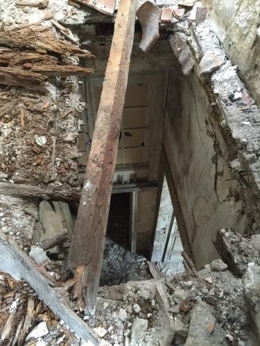 C poutres et gravas tombent de la charpente à travers le deuxieme etage sur le premier etage Photo MHM.jpg