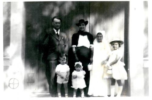 Famille Hyvert devant la porte d'entrée.jpg
