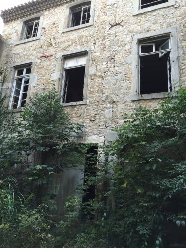 AB Cour interieure deuxième batiment fenetres carreaux cassés Photo MHM.jpg
