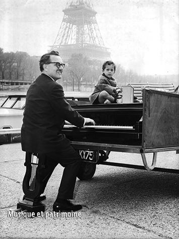 Photo de presse en 1965 devant Tour Eiffel.jpg