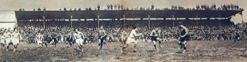 Attaque_à_la_main_des_carcassonnais_(finale_1925_du_championnat_de_France_de_rugby).jpg