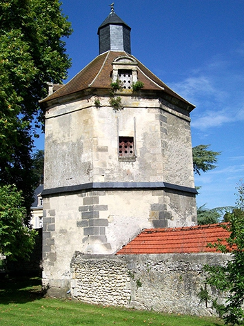 Roberval_(60),_colombier_du_château_(XVIe_s.).jpg